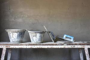 Ausrüstung für den Bau von Zementwänden auf Holzbrettern auf der Baustelle, einschließlich unfertiger Zementwände foto