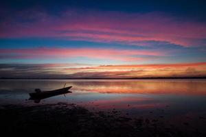 Silhouette eines Bootes bei Sonnenuntergang
