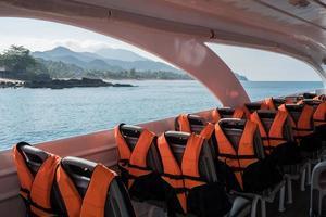 Schwimmwesten auf Sitzen in einem Schnellboot foto