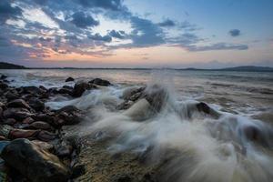 Zeitraffer der Wellen bei Sonnenuntergang foto