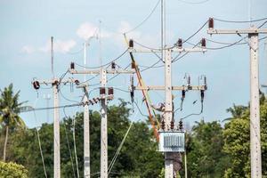 Elektriker Overalls arbeiten in der Höhe und gefährlich foto
