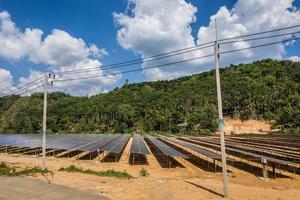 Solarzellenfarm unter einem bewölkten Himmel foto