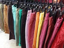 bunte Hosen auf Kleiderbügeln foto