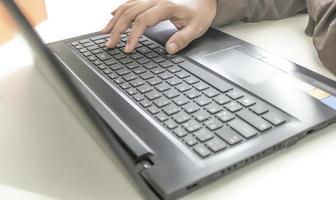 Person, die einen Laptop benutzt foto