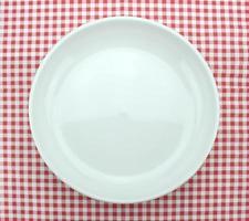 Teller auf karierter Tischdecke foto