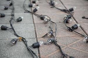 Glühbirnen und Kabel auf dem Boden foto
