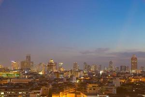 Wolkenkratzer von Bangkok in der Abenddämmerung