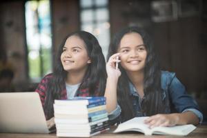 zwei glückliche studentische freunde in einem cafe foto