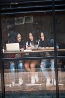 Gruppe von Freunden in einem Café foto