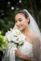 Nahaufnahme der schönen Braut mit Hochzeit Brautstrauß foto