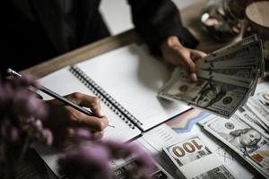 Unternehmer, der finanzielles Wachstum und Investitionen berechnet foto