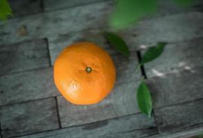 Orange auf einem hölzernen Hintergrund foto