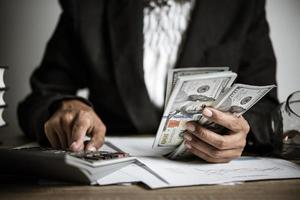 Hände zählen Dollar-Banknoten foto