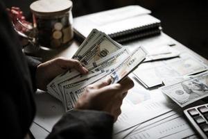 Der Unternehmer berechnet das finanzielle Wachstum und die Investitionen