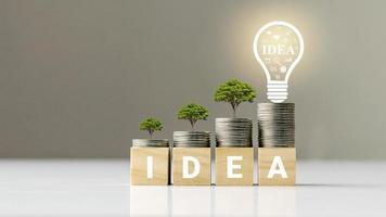Wachsender Baum auf Münzstapel und Holzschnitt mit Text, Finanzmanagementidee und Business Management Intelligence foto