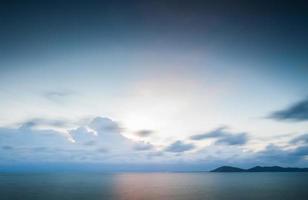 Wolken und Sonnenuntergang über Wasser foto