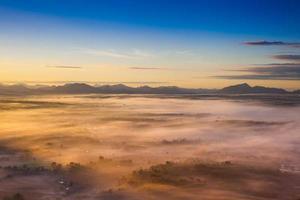 bunter Sonnenuntergang über den Wolken foto