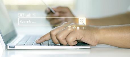 Die Adressleiste, die Weboberfläche für die Suche nach Finanztransaktionen und eine Nahansicht von Geschäftsleuten, die mit einem Notizbuch nach Informationen suchen foto