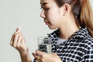 Asien Frau, die Medikamente nimmt