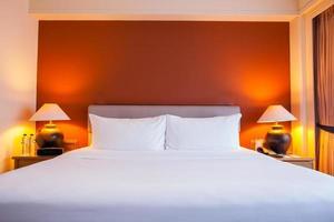 Hotelzimmer mit orangefarbener Wand foto
