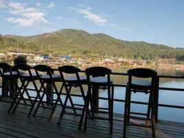 Stuhlreihe auf einem Dock foto