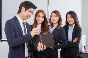 vier junge Geschäftsleute in einem Meeting foto