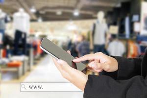 Person, die Tablet in einem Geschäft verwendet