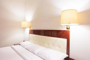 Hotelbett mit Lichtern foto