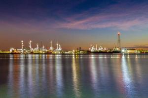 Langzeitbelichtung von Stadtlichtern auf dem Wasser foto