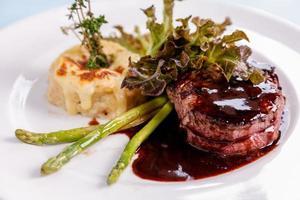 Steak mit Sauce und Gemüse foto