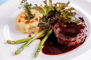 Steak mit Sauce auf einem Teller foto