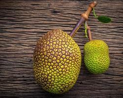 Jackfrucht auf schäbigem hölzernem Hintergrund foto
