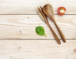 Holzutensilien auf Holztisch foto