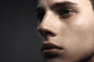 Nahaufnahmeblick des hübschen jungen Mannes foto