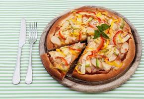 Pizza mit Besteck