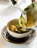 Suppe wird in eine Schüssel gegeben foto