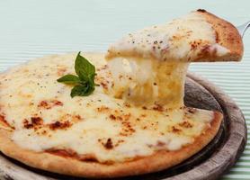 Käsepizza auf einem Pizzastein foto