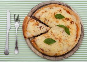 Käsepizza und Besteck foto