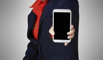 Frau hält modernes mobiles Smartphone foto