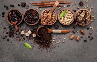 gerösteter Kaffee in Schalen foto