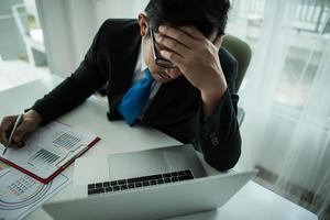 Unternehmer, der unter Kopfschmerzen leidet foto