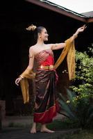 Frau trägt ein typisches thailändisches Kleid foto