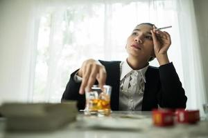 junger Geschäftsmann, der unter Kopfschmerzen leidet foto