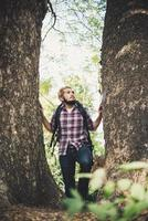 Mann, der im Wald wandert foto