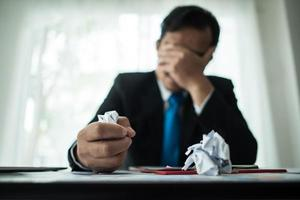 junger Geschäftsmann frustriert am Schreibtisch foto