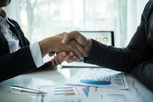 Geschäftsmann Händeschütteln, um einen Deal mit seinem Partner zu besiegeln foto