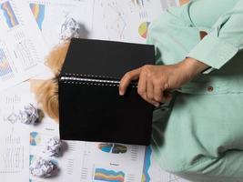 Geschäftsmann, der an seinem Arbeitsplatz mit zerknitterten Papieren herum schläft