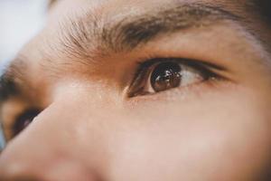 braune Augen des Mannes foto