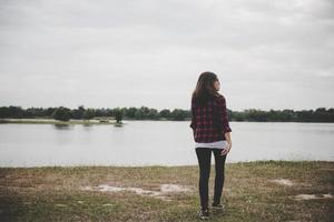 glückliche Hipsterfrau, die zum See geht
