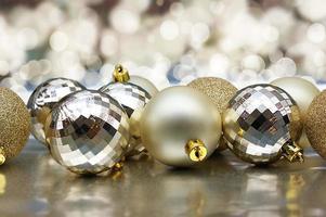 Weihnachtsschmuck mit goldenen Kugeln